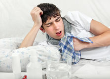 Hombre joven con gripe Foto de archivo