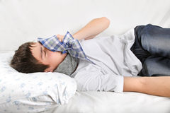 Hombre joven con gripe Fotografía de archivo libre de regalías