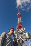 Hombre joven con la antena lateral de las telecomunicaciones de los auriculares imagen de archivo libre de regalías