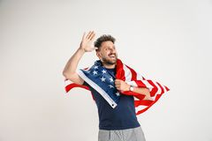 Hombre joven con la bandera de los Estados Unidos de América imagen de archivo
