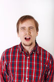 Hombre joven con la barba en camisa roja a cuadros Foto de archivo libre de regalías