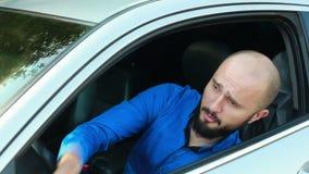 Hombre joven con la barba que grita y que emite un sonido breve y agudo metrajes