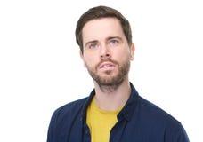 Hombre joven con la barba que piensa y que mira para arriba Imagen de archivo