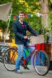Hombre joven con la bici roja Fotos de archivo