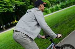 Hombre joven con la bicicleta Fotografía de archivo libre de regalías