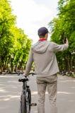 Hombre joven con la bicicleta Foto de archivo libre de regalías