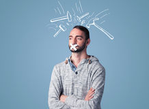Hombre joven con la boca pegada y las marcas de derrota del martillo Imágenes de archivo libres de regalías