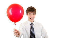 Hombre joven con la bola roja Fotos de archivo