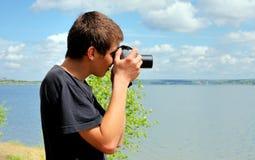 Hombre joven con la cámara Imágenes de archivo libres de regalías