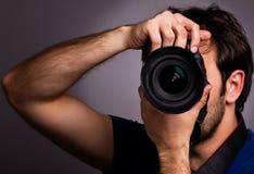 Hombre joven con la cámara profesional foto de archivo libre de regalías