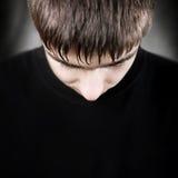 Hombre joven con la cabeza bajada Foto de archivo