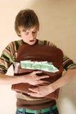 Hombre joven con la cartera llena de dinero Fotografía de archivo