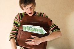 Hombre joven con la cartera llena de dinero Fotos de archivo