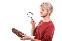 Hombre joven con la cartera vacía fotografía de archivo libre de regalías