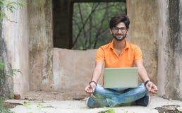 Hombre joven con la computadora portátil fotos de archivo libres de regalías