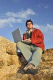 Hombre joven con la computadora portátil Foto de archivo libre de regalías