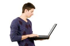 Hombre joven con la computadora portátil. Imagen de archivo libre de regalías