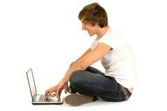 Hombre joven con la computadora portátil Imágenes de archivo libres de regalías