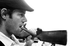 Hombre joven con la escopeta sobre su hombro Fotos de archivo libres de regalías