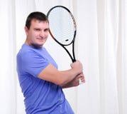 Hombre joven con la estafa de tenis Imagen de archivo libre de regalías