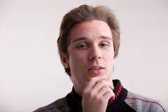 Hombre joven con la expresión curiosa Foto de archivo libre de regalías