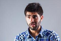 Hombre joven con la expresión de la ansiedad Foto de archivo libre de regalías