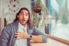 Hombre joven con la expresión facial chocada imagen de archivo libre de regalías