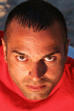 Hombre joven con la expresión seria Imagen de archivo