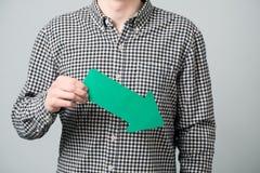 Hombre joven con la flecha verde Imagenes de archivo