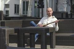 Hombre joven con la guitarra Imagen de archivo libre de regalías