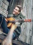 Hombre joven con la guitarra Fotos de archivo