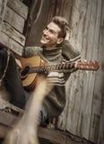 Hombre joven con la guitarra Imagenes de archivo