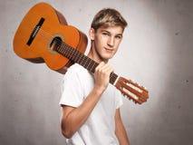 Hombre joven con la guitarra acústica Imágenes de archivo libres de regalías