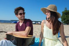 Hombre joven con la guitarra y la novia en la playa Fotos de archivo libres de regalías