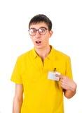 Hombre joven con la insignia vacía Imágenes de archivo libres de regalías