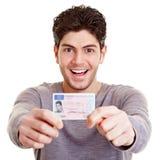 Hombre joven con la licencia de programas pilotos fotografía de archivo libre de regalías