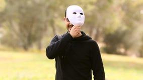 Hombre joven con la máscara almacen de video