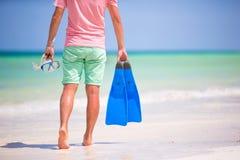 Hombre joven con la máscara y las aletas Vacaciones del día de fiesta en una playa tropical Foto de archivo libre de regalías