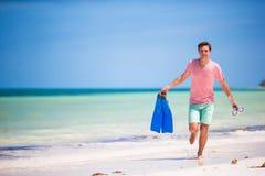 Hombre joven con la máscara y las aletas Vacaciones del día de fiesta en una playa tropical Fotografía de archivo