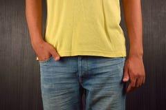Hombre joven con la mano derecha en el bolsillo de sus tejanos, weari Imagen de archivo