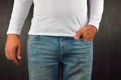Hombre joven con la mano izquierda en el bolsillo de sus tejanos, wearin Fotografía de archivo