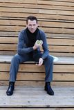 Hombre joven con la manzana Foto de archivo