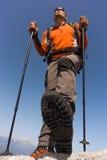 Hombre joven con la mochila en una montaña Foto de archivo