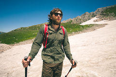 Hombre joven con la mochila que camina concepto al aire libre de la forma de vida del viaje foto de archivo