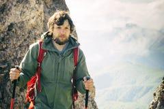 Hombre joven con la mochila que camina viaje al aire libre Imagen de archivo libre de regalías