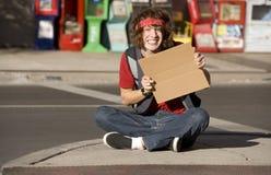 Hombre joven con la muestra en blanco de la cartulina Foto de archivo