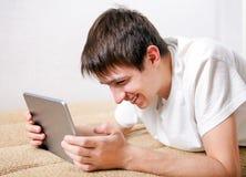 Hombre joven con la tableta Imágenes de archivo libres de regalías