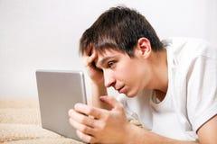 Hombre joven con la tableta Fotografía de archivo