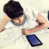 Hombre joven con la tableta Imagen de archivo