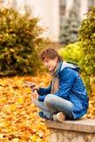 Hombre joven con la tableta en al aire libre imagenes de archivo